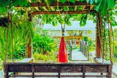 Czerwona piasek torba dla Muay Tajlandzkiego obwieszenia w ogr?dzie zdjęcie stock