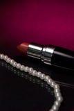 Czerwona pomadka i perły Fotografia Stock