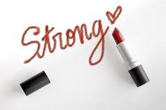 Czerwona pomadka z silnym słowa i serca handwriting uderzeniem fotografia royalty free