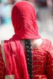 czerwona przesłona kobieta z czarni włosy i warkoczem obrazy royalty free