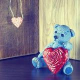 czerwona róża Misia Kochać śliczny z czerwonymi sercami siedzi samotnie Rocznik Fotografia Royalty Free