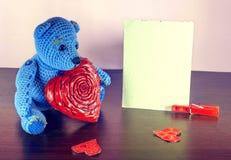 czerwona róża Misia Kochać śliczny z czerwonymi sercami siedzi samotnie Rocznik Obrazy Stock