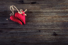 czerwona róża Czerwoni sukienni handmade serca na drewnianym tle Fotografia Royalty Free