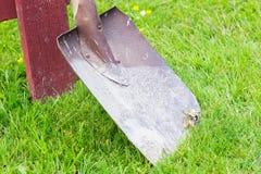Czerwona rydel pozycja na Zielonej trawie Obrazy Stock
