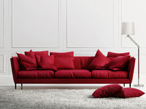 Czerwona rzemienna kanapa w klasycznym bielu stylu wnętrzu Fotografia Royalty Free