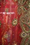 Czerwona siatki tkanina dla sukni haftuje z złotem i kolorem obrazy royalty free