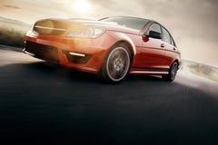 Czerwona sportowego samochodu postu przejażdżki prędkość Na Asfaltowej drodze Obrazy Royalty Free
