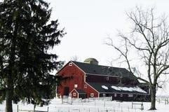 Czerwona stajnia w zimie z śniegiem zdjęcie royalty free