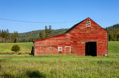 Czerwona stajnia, zielona trawa zdjęcie royalty free
