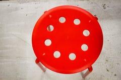 Czerwona stolec na cementowej podłoga obrazy stock