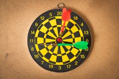 Czerwona strzałki strzała uderza celu centrum dartboard, use dla busi Obrazy Royalty Free