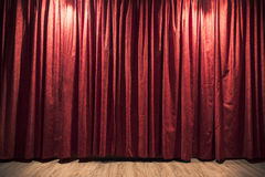 Czerwona teatr zasłona z drewnianą sceny podłoga obraz stock