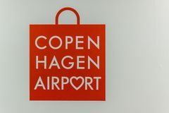 Czerwona torba jako symbol dla Kopenhaga lotniska Obraz Stock