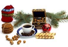 Czerwona torba, kawa, jedliny gałąź, szkatuła i lasów nutlets, Zdjęcia Stock