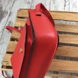 Czerwona torba na drewnianym tle zdjęcie stock