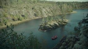 Czerwona tratwa unosi się w fjord zbiory