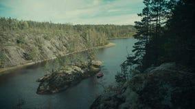 Czerwona tratwa unosi się w fjord zdjęcie wideo