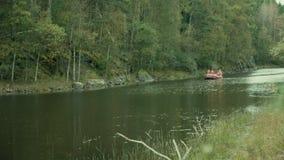 Czerwona tratwa unosi się w małym fjord zbiory