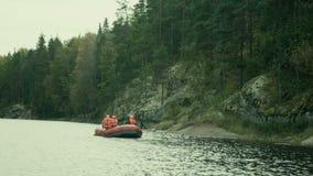Czerwona tratwa unosi się w małym fjord zdjęcie wideo