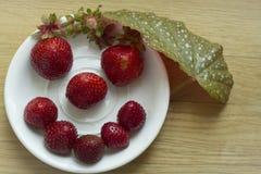 czerwona truskawka na białym talerzu w postaci uśmiechu Fotografia Royalty Free