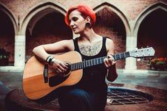 Czerwona włosiana młoda kobieta na starych ulicach Krakowski, Polska Zdjęcie Stock