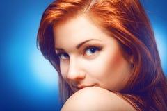 Czerwona włosiana piękna dziewczyna ono uśmiecha się na kamerze w studiu Zdjęcia Royalty Free