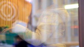 Czerwona z włosami imbirowa kobieta używa pecet pastylki komputerowego ekran sensorowego w kawiarni pije kawę zdjęcie wideo