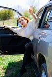 Czerwona z włosami kobieta dostaje nasz samochód dzwonić pomoc obraz stock