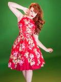 Czerwona z włosami kobieta jest ubranym czerwoną lato suknię obraz royalty free