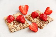 Czerwone Świeże truskawki są na krakersie z adra na Białym papierze Śniadaniowy Organicznie Zdrowy Smakowity jedzenie Kulinarne w Obrazy Stock