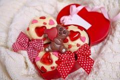 Czerwone aksamitne babeczki dekorować z sercami obrazy royalty free