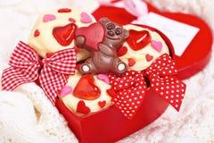 Czerwone aksamitne babeczki dekorować z sercami zdjęcia royalty free