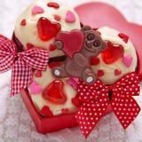 Czerwone aksamitne babeczki dekorować z sercami zdjęcia stock