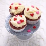 Czerwone aksamitne babeczki dekorować z sercami zdjęcie stock