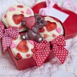Czerwone aksamitne babeczki dekorować z sercami fotografia stock