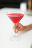 Czerwone alkoholiczne przyjęcie koktajlowe napoju ręki dziewczyny Obrazy Royalty Free