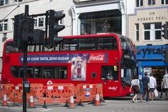 Czerwone autobus piętrowy autobusowe przerwy przy światła ruchu blisko Liverpool ulicy obraz stock