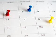Czerwone błękitne kolor żółty szpilki na kalendarzu obraz royalty free