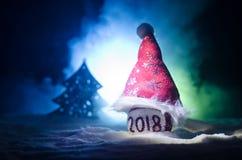 Czerwone boże narodzenie piłki z 2018 liczb i Santa klauzula kapeluszem na naturalnym śnieżnym tle Szczęśliwy nowego roku 2018 po Obrazy Royalty Free