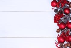 Czerwone Bożenarodzeniowe piłki i rożki na białym tle zdjęcie stock