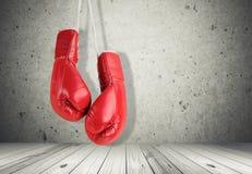 Czerwone bokserskie rękawiczki na ściennym tle Obrazy Royalty Free