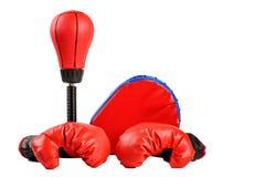 Czerwone bokserskie rękawiczki z dolarowymi rachunkami na białym tle zdjęcia royalty free