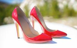 czerwone buty czerwone patentowej skóry kobiet szpilki obraz royalty free