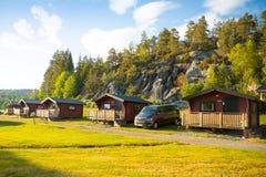 Czerwone campingowe kabiny dla podróżników w Szwecja fotografia stock