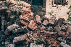 Czerwone cegły zniszczony dom wojną, huragan, inna katastrofa lub katastrofa naturalna, lub, ruiny zaniechany mieszkanie Obrazy Royalty Free