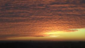 Czerwone chmury ruszają się nad monasterem w odległości zbiory wideo