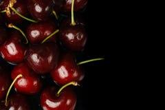 Czerwone czereśniowe owoc na czarnym tle Zdjęcie Stock