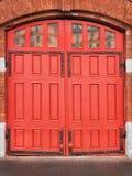 Czerwone drewniane bramy rocznika posterunek straży pożarnej Zdjęcia Royalty Free