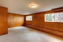 Czerwone drewniane panel ściany opróżniają pokój zdjęcie stock