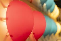 Czerwone i b??kitne lampy w wystroju zdjęcia stock